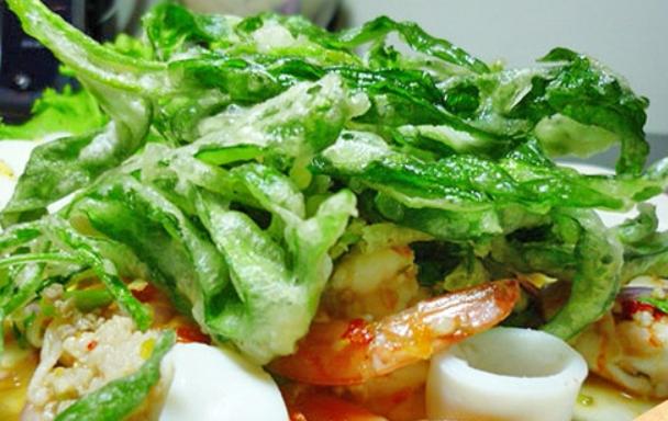 ยำผักบุ้งทอดกรอบ